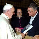 Prof. Michael Matheus präsentiert Papst Franziskus die Publikation Orte der Zuflucht und personeller Netzwerke. Der Campo Santo Teutonico und der Vatikan 1933-1955, 2015